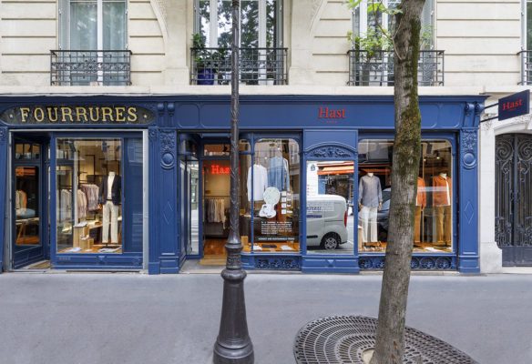 Label Expérience: Vue de loin de la façade parisienne de la boutique « Hast » aux Batignolles.