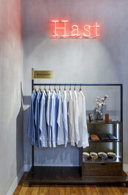 Label Experience: Focus sur portique et logo en neon de la boutique « Hast » aux Batignolles.