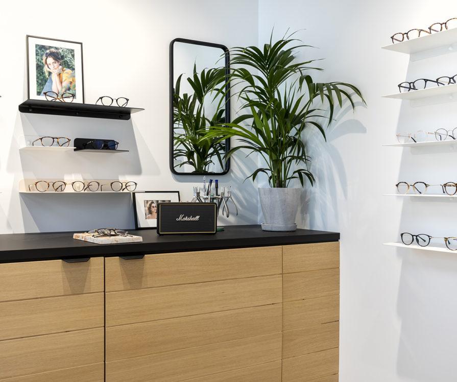 Label Experience : focus sur les lunettes exposées sur un comptoir de la boutique Le Petit Lunetier à Lille.