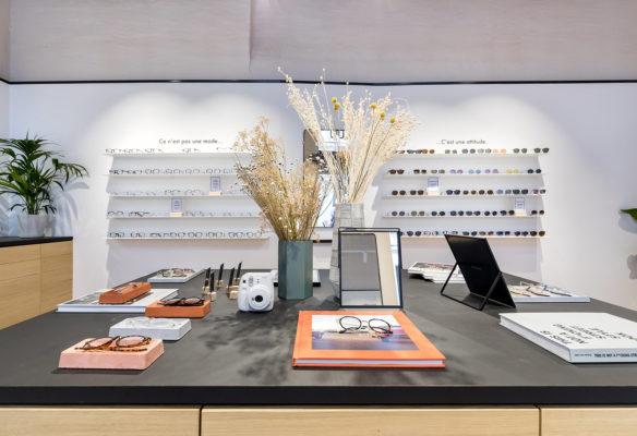 Label Experience : focus sur l'îlot central qui compose la boutique de lunettes Le Petit Lunetier à Lille