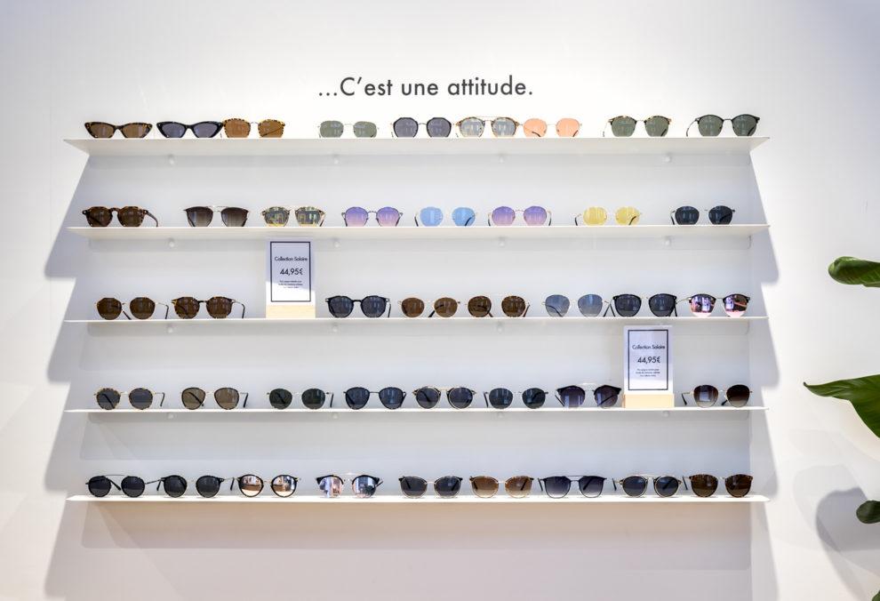Label Experience : vue globale d'une étagère de lunettes dans la boutique du Petit Lunetier à Lille