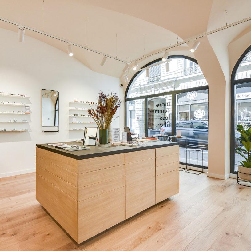 Label Experience : vue globale de la boutique Le Petit Lunetier à Lyon avec son mobilier en bois