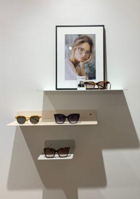 Label Experience : des lunettes du Petit Lunetier posé sur une petite étagère dans la boutique à Lyon