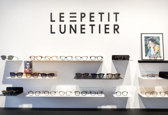 Label Experience : focus sur les lunettes du Petit Lunetier posé sur une grande étagère dans la boutique à Lyon