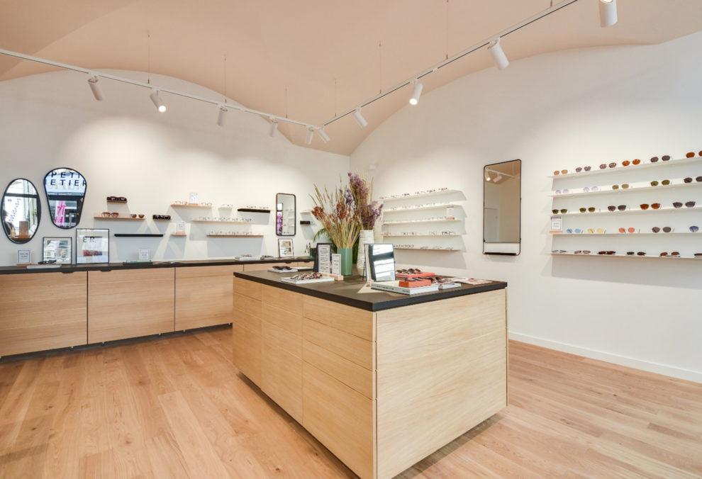 Label Experience : îlot central qui compose la boutique de lunettes Le Petit Lunetier à Lyon