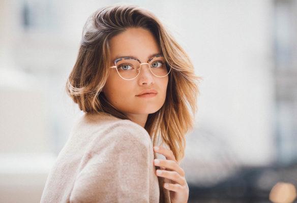 Label Experience : femme portant une paire de lunettes Le Petit Lunetier