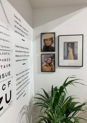 Label Experience : focus sur un mur de la boutique Le Petit Lunetier à Toulouse avec un test de vue