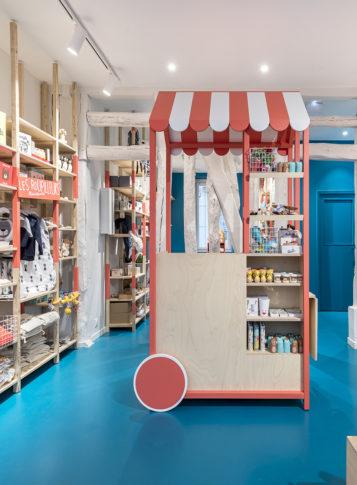Label Experience : vue de face de la caisse colorée dans la boutique pour enfants Les Petits Raffineurs à Paris