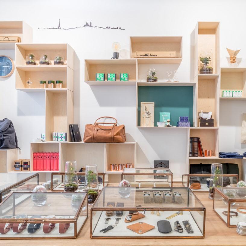 Label Experience: Étagères en bois et accessoires sous verrière du pop-up store « Raffineurs » à Paris.