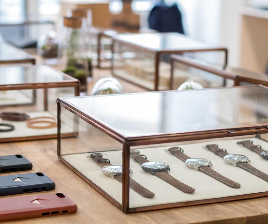 Label Experience: Montres et coques de téléphone du pop-up store « Raffineurs » à Paris.