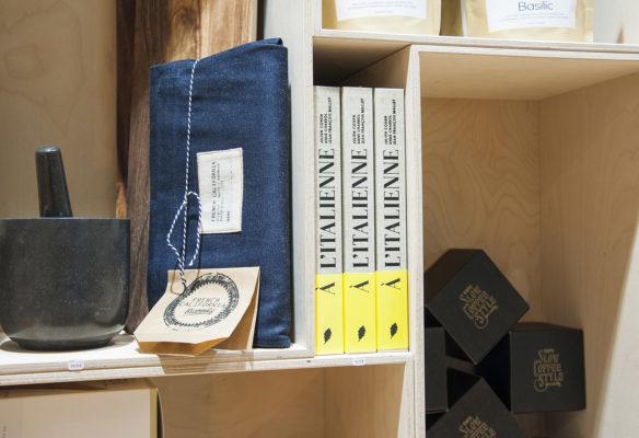 Label Experience: Focus sur produits dans étagères du pop-up store « Raffineurs » à Paris.