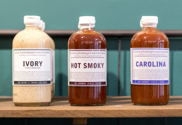 Label Experience: Bouteilles rangées « hot smoky » du pop-up store « Raffineurs » à Paris.
