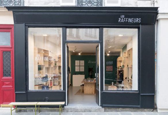 Label Experience: Devanture noir du pop-up store « Raffineurs » à Paris.