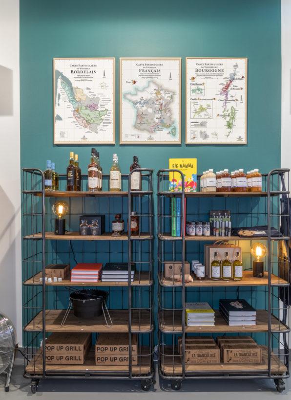 Label Experience: Étagères métalliques et cadres avec la carte de la France du pop-up store « Raffineurs » à Paris.