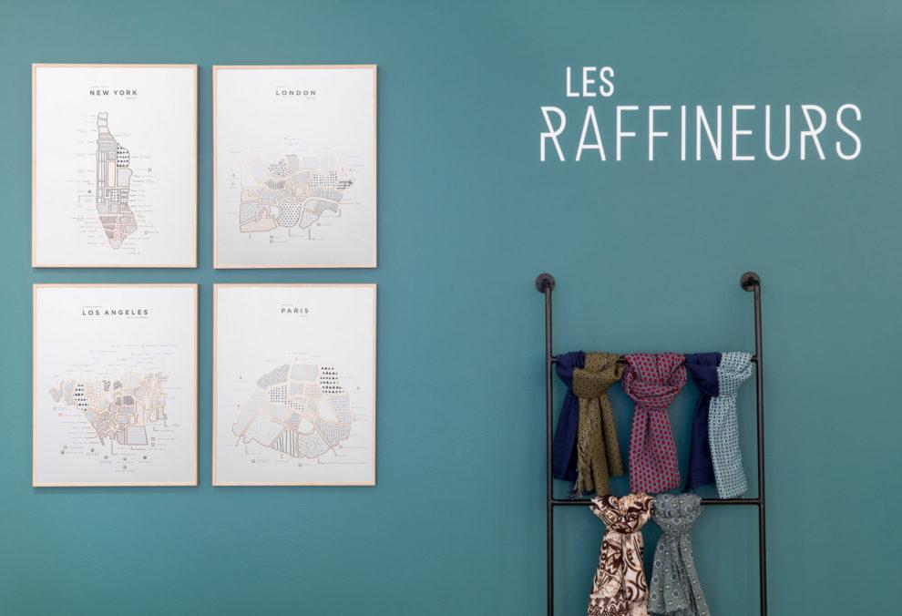 Label Experience: Cadres et foulards sur escalier du pop-up store « Raffineurs » à Paris.