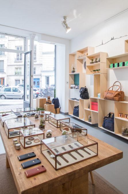 Label Experience: Accessoires sur table en bois massif du pop-up store « Raffineurs » à Paris.