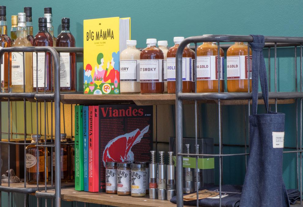 Label Experience: Livres et produits dans bibliothèque du pop-up store « Raffineurs » à Paris.