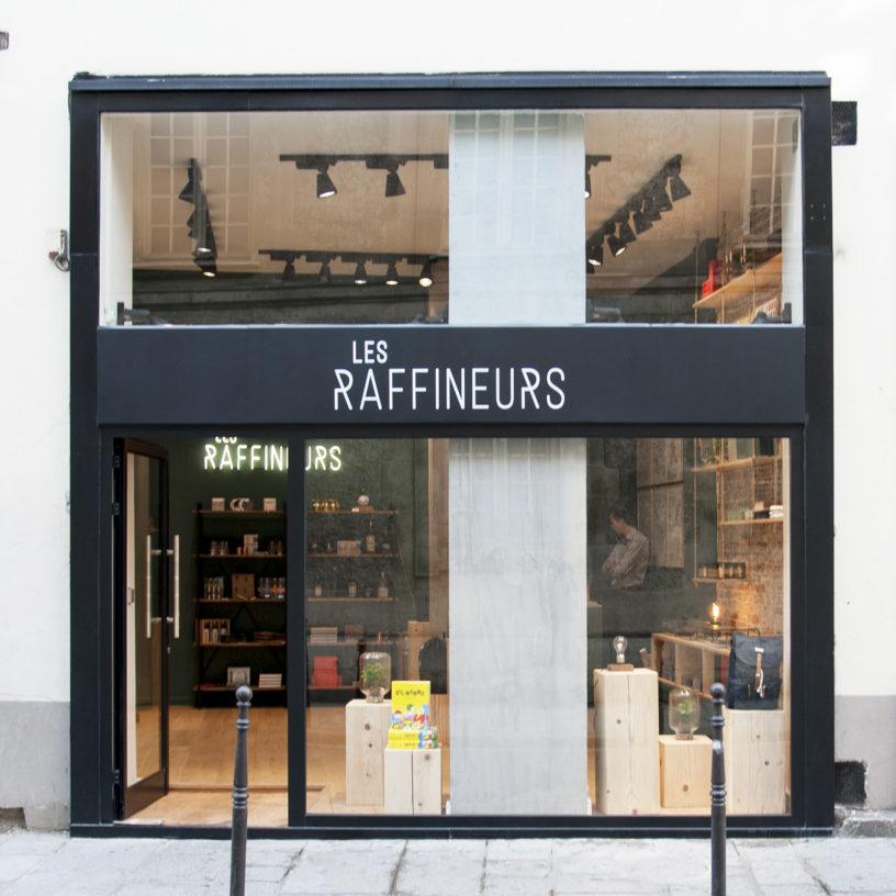 Label Experience: Façade noir et vitrine du pop-up des « Raffineurs » l'été 2017.