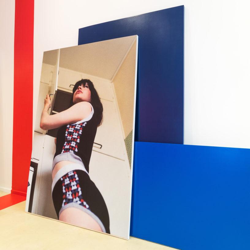Label Experience: Affiche avec photo de modèle féminin du pop-up store « Montagut » à Paris.
