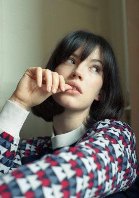 Label Experience: Portrait féminin avec pull du pop-up store « Montagut » à Paris.