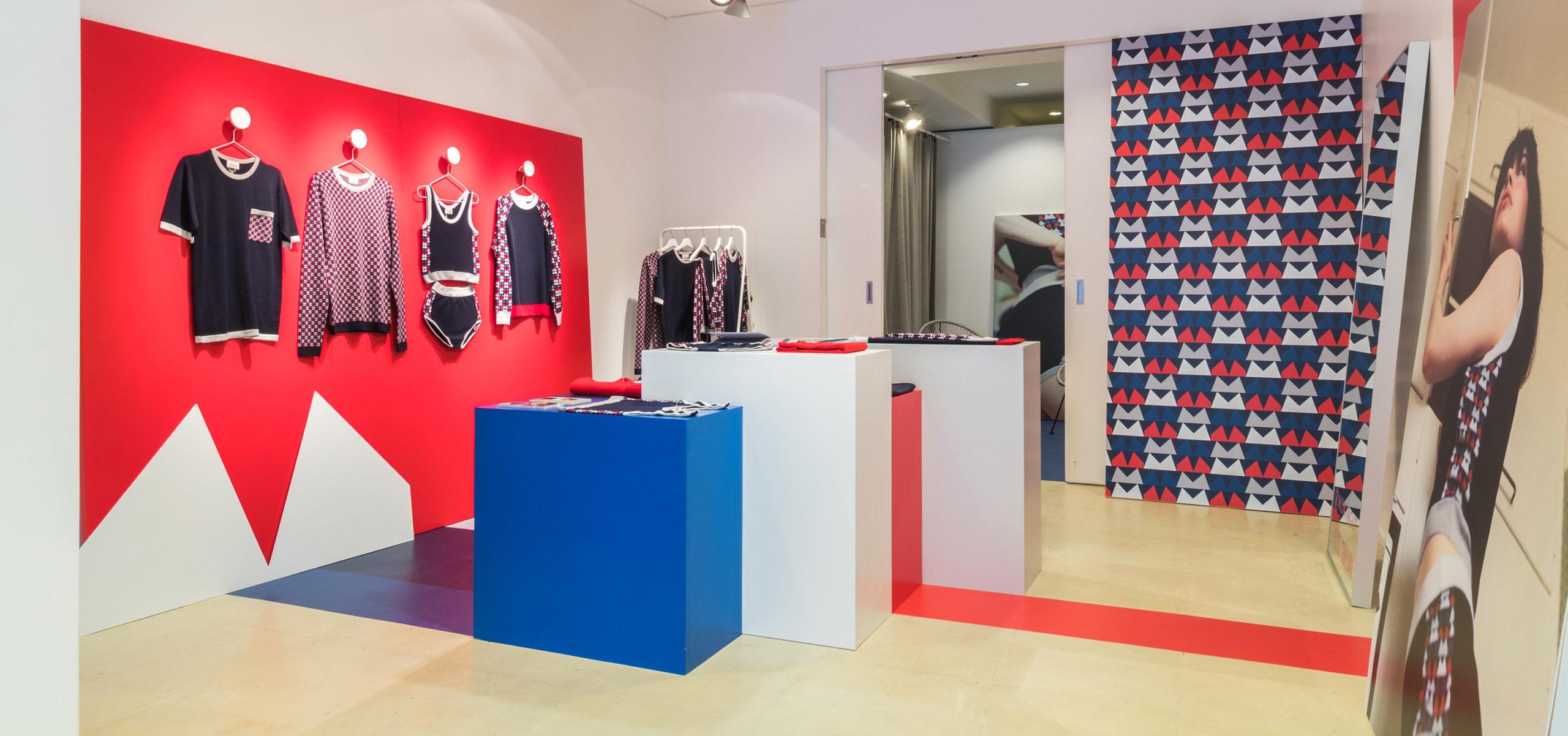 Label Experience: Pièce principale aux couleurs bleu, blanc et rouge du pop-up store « Montagut » à Paris.