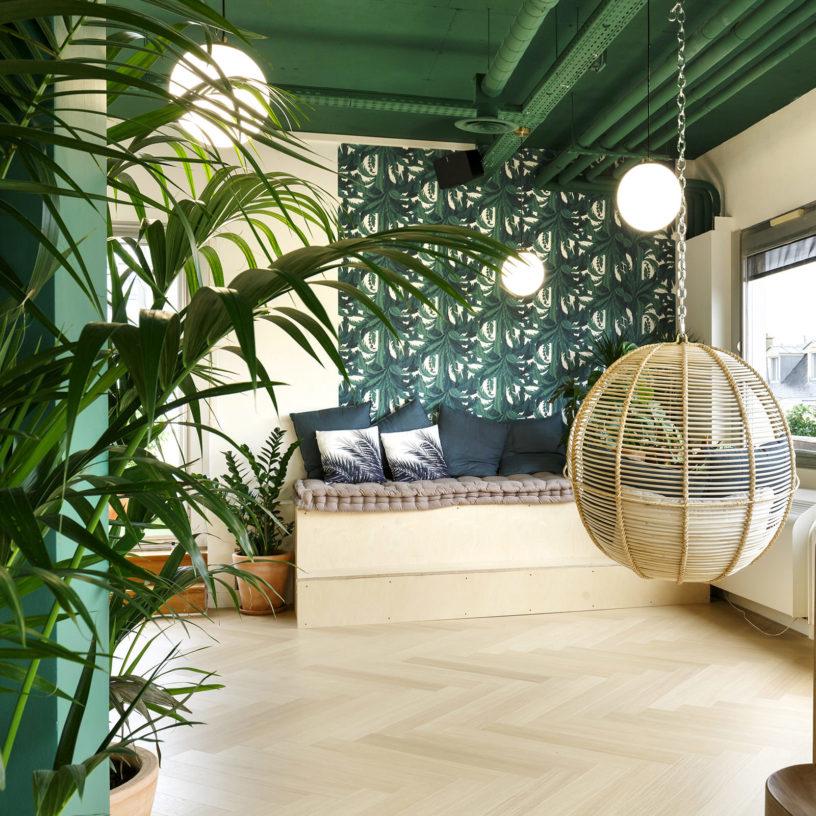 Label Experience: Hamac et banquette dans pièce cocooning ambiance tropicale de l'espace coworking « Morning » Monceau à Paris.