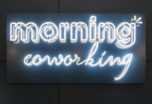Label Experience: Logo en neon de l'espace coworking « Morning » Monceau à Paris.