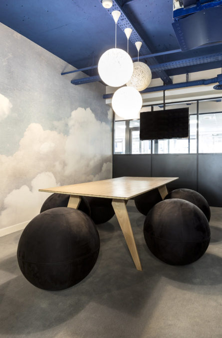 Label Experience: Salle de réunion originale aux formes circulaires de l'espace coworking « Morning » Monceau à Paris.