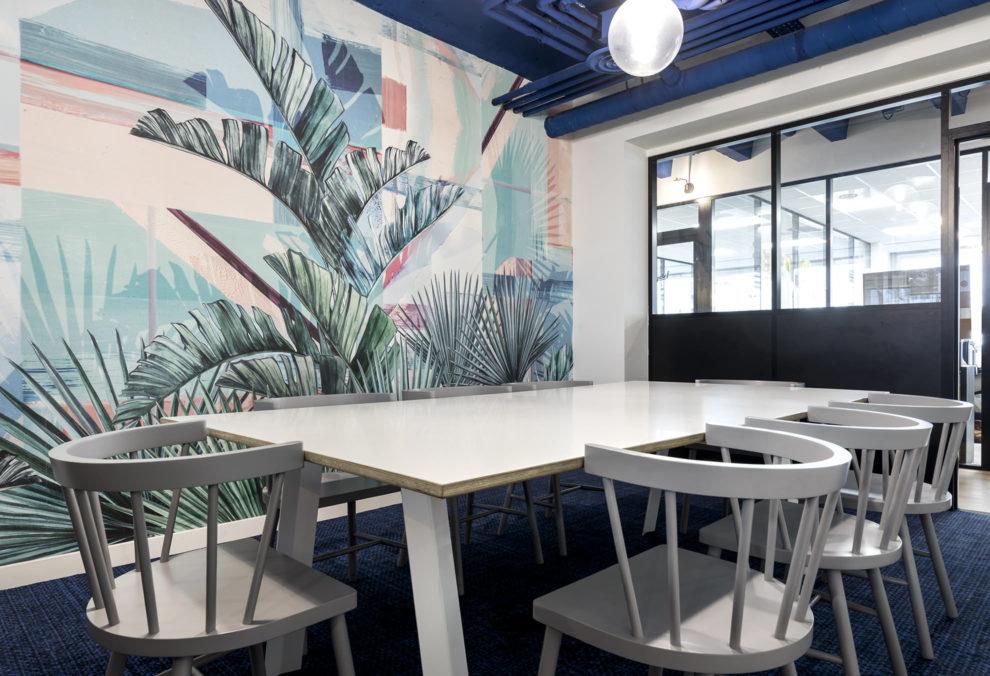 Label Experience: Papier peint et chaises tendances de l'espace coworking « Morning » Monceau à Paris.