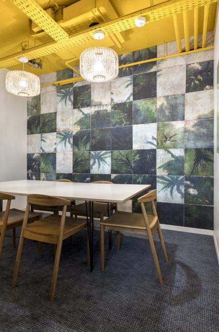 Label Experience: Pièce au plafond jaune de l'espace coworking « Morning » Monceau à Paris.