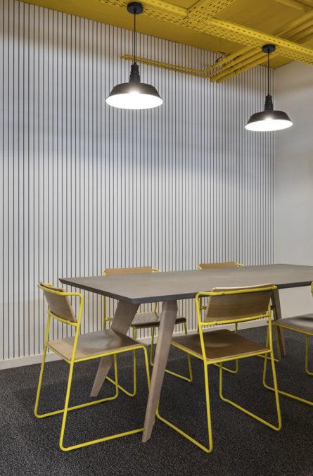Label Experience: Petite pièce avec table et chaises de l'espace coworking « Morning » Monceau à Paris.