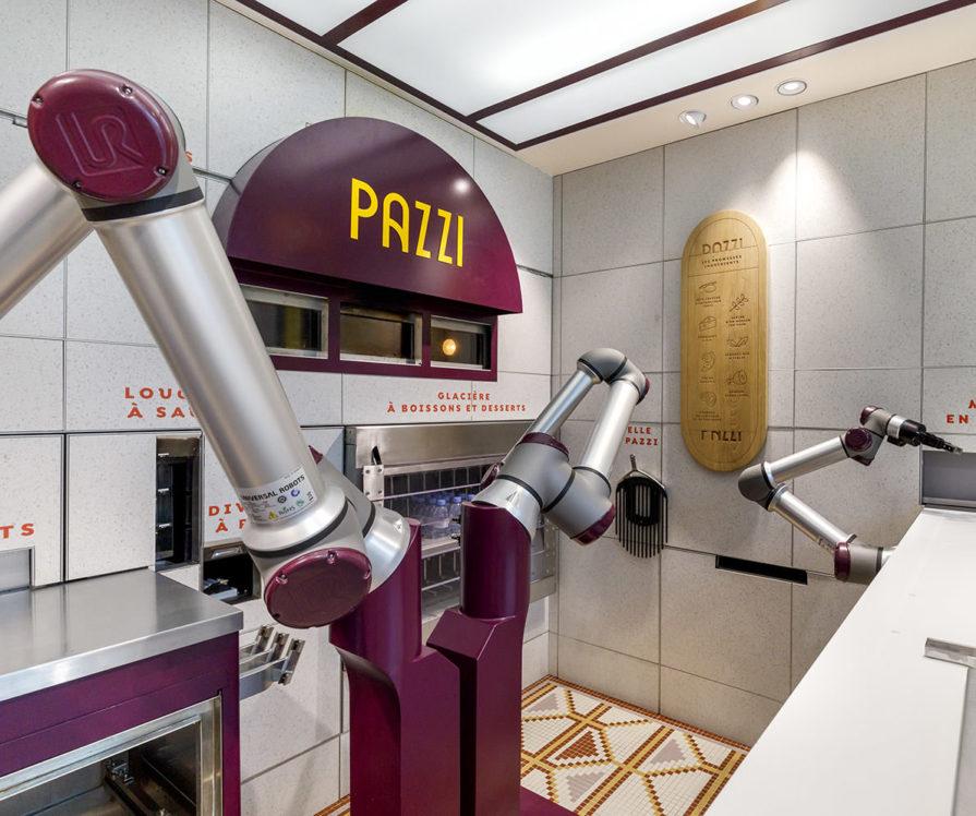 Label Experience : un robot en train de cuisiner une pizza dans la cuisine du restaurant Pazzi