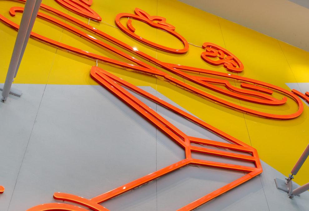 Label Experience : zoom sur la signalétique extérieur du restaurant Pazzi au centre commercial Val d'Europe