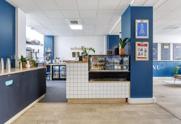 Label Experience: Espace restauration moderne avec carrelage blanc du nouveau espace coworking de « Schoolab » à Saint-Lazare.