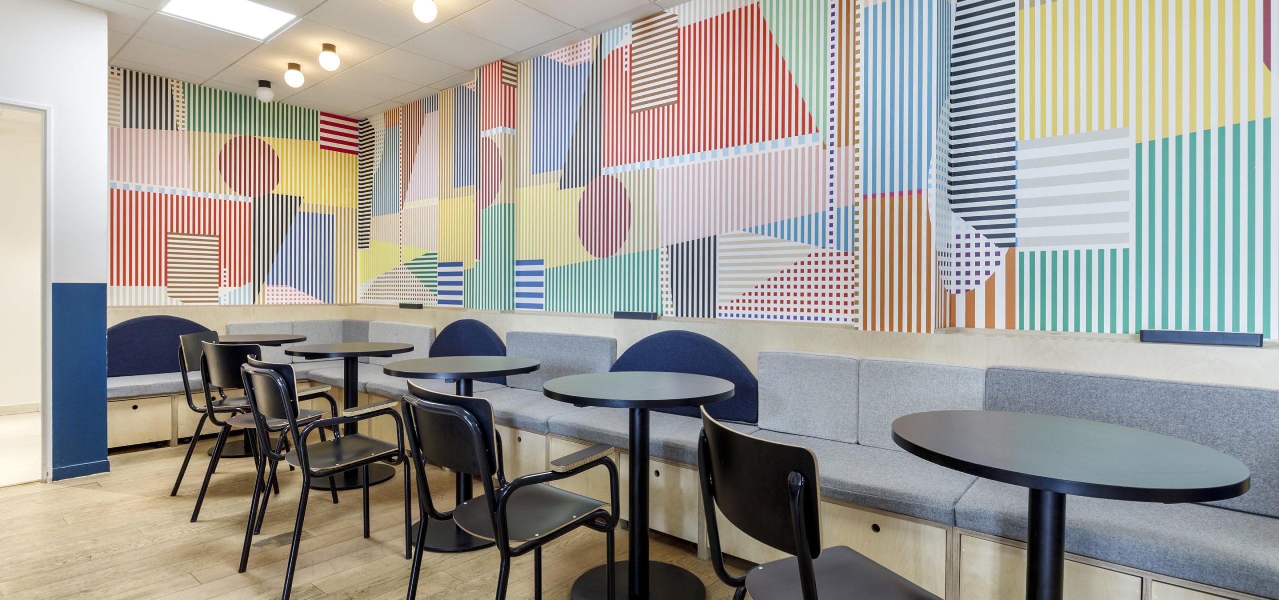 Label Experience : Cafétéria colorée du nouveau espace coworking de « Schoolab » à Saint-Lazare.