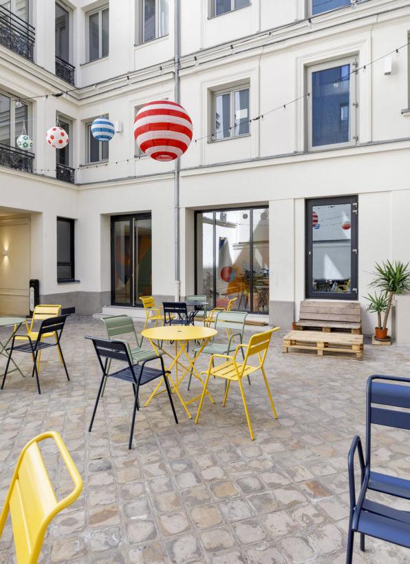 Label Experience : Cafétéria extérieure avec un style guinguette du nouveau espace coworking de « Schoolab » à Saint-Lazare.