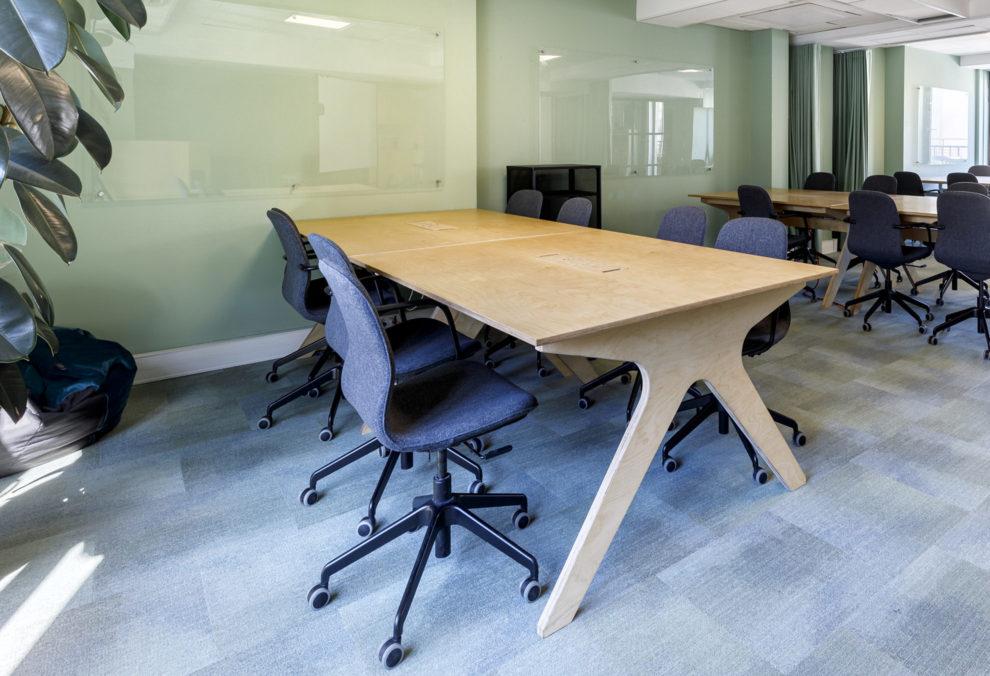 Label Experience : Focus bureau en bois massif et chaises à roulette du nouveau espace coworking de « Schoolab » à Saint-Lazare.