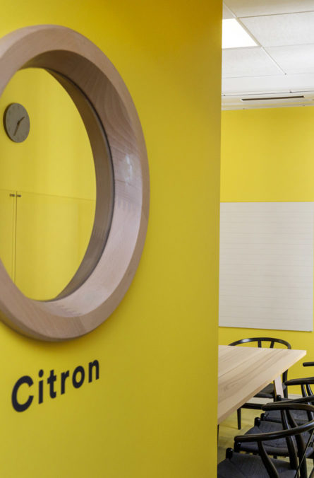 Label Experience : Porte jaune citron avec hublot du nouveau espace coworking de « Schoolab » à Saint-Lazare.