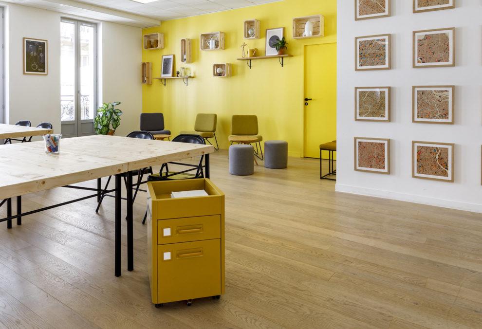 Label Experience : Pièce jaune du nouveau espace coworking de « Schoolab » à Saint-Lazare.