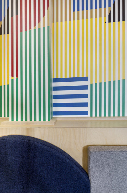 Label Experience : Focus sur papier peint coloré et rayé du nouveau espace coworking de « Schoolab » à Saint-Lazare.
