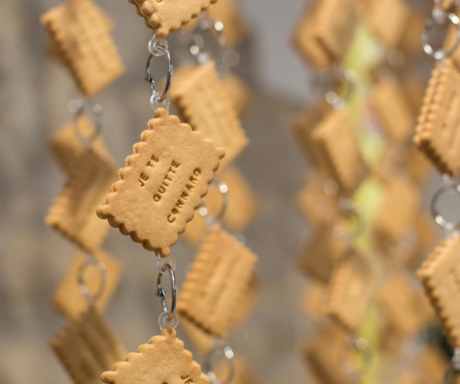 Label Experience: Focus sur décoration de sablés avec la mention expressive « je te quitte connard » du pop-up « Shanty Biscuits » à Paris.
