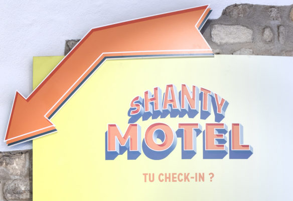Label Experience: Affichage mural aux couleurs pastel du pop-up « Shanty Biscuits » à Paris.