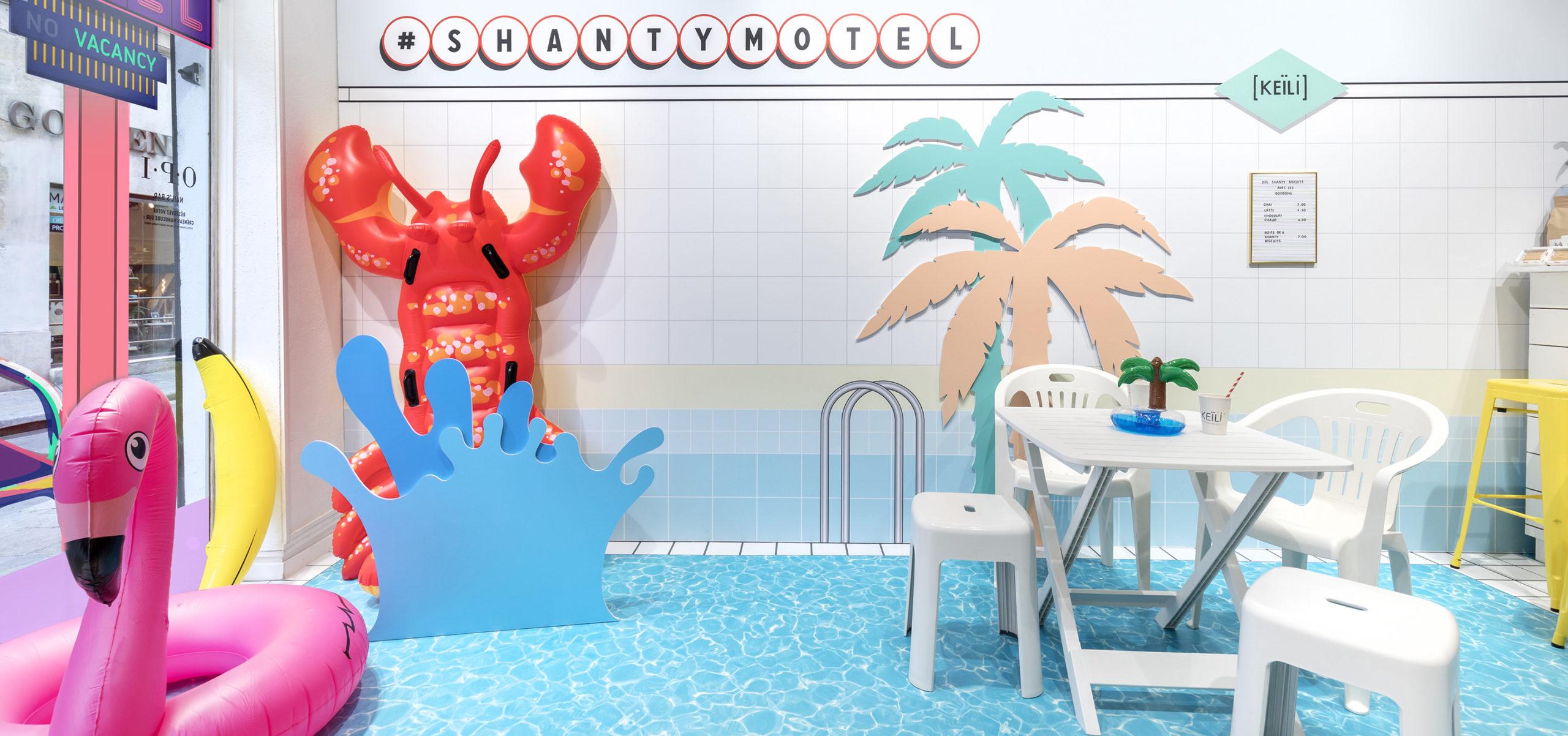 Label Experience: Espace intérieur ambiance piscine d'un camping du pop-up « Shanty Biscuits » à Paris.