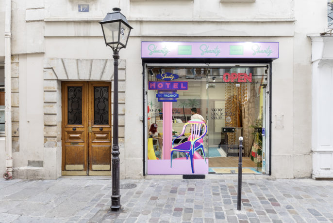 Label Experience: Vue de la vitrine colorée et originale du pop-up « Shanty Biscuits » à Paris.