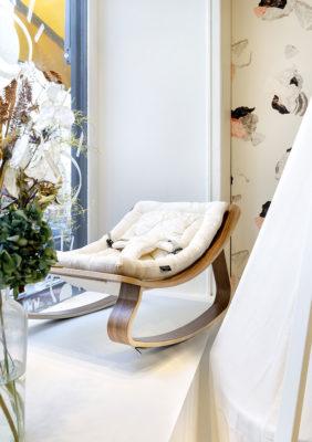 Label Experience : vitrine de la boutique Smallable baby store avec un transat à bascule pour bébé