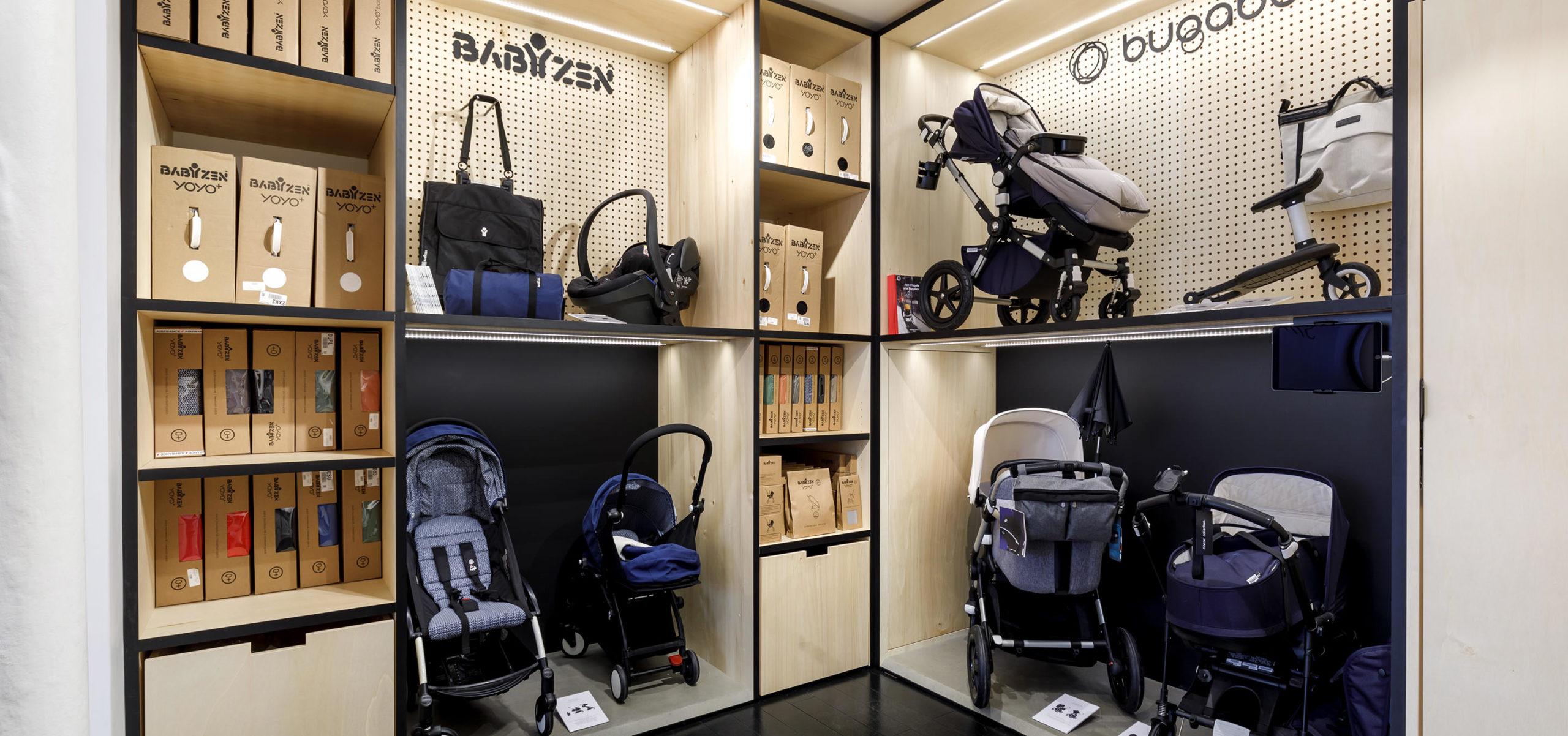 Label Experience : podium d'exposition pour poussettes à l'intérieure de la boutique Smallable baby store à Paris.