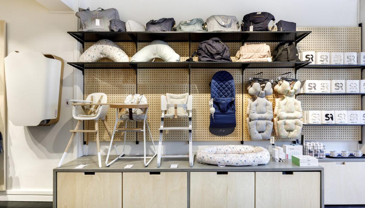 Label Experience : podium d'exposition pour chaises hautes à l'intérieure de la boutique Smallable baby store à Paris.