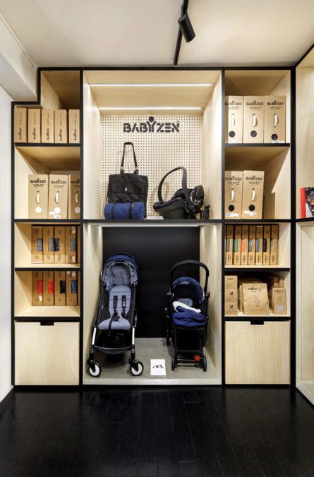 Label Experience : zoom sur le podium d'exposition pour poussettes à l'intérieure de la boutique Smallable baby store à Paris.