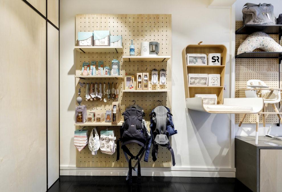 Label Experience : podium d'exposition d'accessoires pour bébé à l'intérieure de la boutique Smallable baby store à Paris.