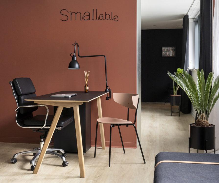Label Experience: Coin travail individuel sur mur terracotta du bureau « Smallable » à Paris.